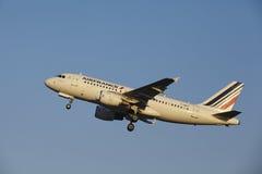 Aéroport Schiphol d'Amsterdam - Air France Airbus A319 décolle Photos stock