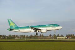 Aéroport Schiphol d'Amsterdam - Airbus A320 d'Aer Lingus débarque Photos stock