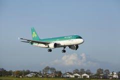 Aéroport Schiphol d'Amsterdam - Airbus A320 d'Aer Lingus débarque Photo stock