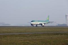 Aéroport Schiphol d'Amsterdam - Airbus 320 d'Aer Lingus décolle Image stock