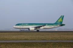 Aéroport Schiphol d'Amsterdam - Airbus 320 d'Aer Lingus décolle Images libres de droits