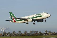 Aéroport Schiphol d'Amsterdam - Airbus A320 d'Alitalia débarque Photo stock