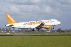 Aéroport Schiphol d'Amsterdam - Airbus A320 d'EasyJet débarque Image stock