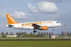 Aéroport Schiphol d'Amsterdam - Airbus A319 d'EasyJet débarque Images libres de droits