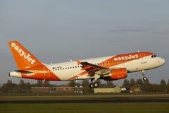 Aéroport Schiphol d'Amsterdam - Airbus A319 d'EasyJet débarque Images stock