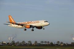 Aéroport Schiphol d'Amsterdam - Airbus A320 d'EasyJet débarque Images stock