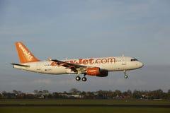 Aéroport Schiphol d'Amsterdam - Airbus A320 d'EasyJet débarque Images libres de droits