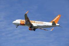 Aéroport Schiphol d'Amsterdam - Airbus A320 d'EasyJet décolle Photo libre de droits