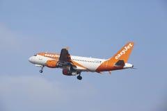 Aéroport Schiphol d'Amsterdam - Airbus A319 d'EasyJet décolle Photos stock