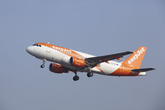 Aéroport Schiphol d'Amsterdam - Airbus A319 d'EasyJet décolle Image libre de droits