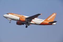 Aéroport Schiphol d'Amsterdam - Airbus A319 d'EasyJet décolle Photos libres de droits