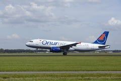 Aéroport Schiphol d'Amsterdam - Airbus A320 d'Onur Air décolle Images libres de droits