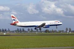 Aéroport Schiphol d'Amsterdam - Airbus A321 de British Airways débarque Image libre de droits
