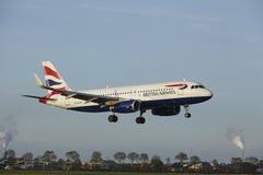 Aéroport Schiphol d'Amsterdam - Airbus A320 de British Airways débarque Photo libre de droits