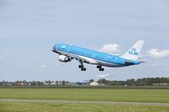 Aéroport Schiphol d'Amsterdam - Airbus A330 de KLM décolle Image stock