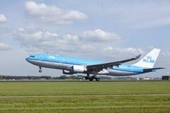 Aéroport Schiphol d'Amsterdam - Airbus A330 de KLM décolle Photographie stock