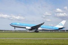 Aéroport Schiphol d'Amsterdam - Airbus A330 de KLM décolle Images libres de droits