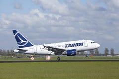 Aéroport Schiphol d'Amsterdam - Airbus A318 de Tarom débarque Photos stock