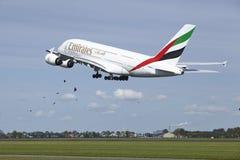 Aéroport Schiphol d'Amsterdam - Airbus A380 des émirats décolle Images stock