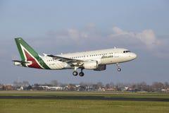 Aéroport Schiphol d'Amsterdam - Allitalia Airbus A319 débarque Images stock