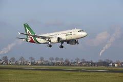 Aéroport Schiphol d'Amsterdam - Allitalia Airbus A319 débarque Image libre de droits