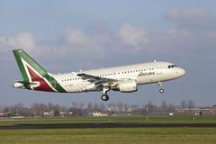 Aéroport Schiphol d'Amsterdam - Allitalia Airbus A319 débarque Photographie stock