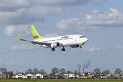 Aéroport Schiphol d'Amsterdam - Boeing 737 d'air Baltique débarque Images libres de droits