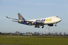 Aéroport Schiphol d'Amsterdam - Boeing 747 d'Atlas Air débarque Images libres de droits
