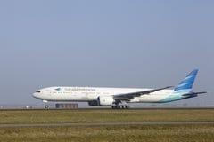 Aéroport Schiphol d'Amsterdam - Boeing 777 de Garuda Indonesia décolle Photos stock