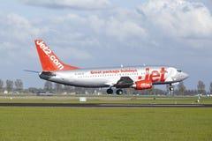 Aéroport Schiphol d'Amsterdam - Boeing 737 de Jet2 débarque Photo stock