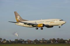 Aéroport Schiphol d'Amsterdam - Boeing 737 de Jet Time débarque Image stock