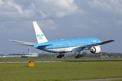 Aéroport Schiphol d'Amsterdam - Boeing 777 de KLM débarque Images libres de droits