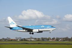 Aéroport Schiphol d'Amsterdam - Boeing 737 de KLM débarque Photos libres de droits