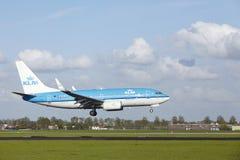 Aéroport Schiphol d'Amsterdam - Boeing 737 de KLM débarque Photos stock