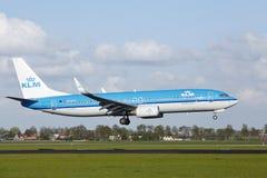 Aéroport Schiphol d'Amsterdam - Boeing 737 de KLM débarque Photographie stock libre de droits