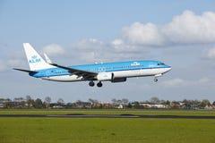 Aéroport Schiphol d'Amsterdam - Boeing 737 de KLM débarque Photo stock