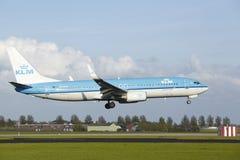 Aéroport Schiphol d'Amsterdam - Boeing 737 de KLM débarque Image stock