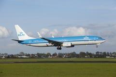 Aéroport Schiphol d'Amsterdam - Boeing 737 de KLM débarque Images libres de droits