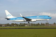 Aéroport Schiphol d'Amsterdam - Boeing 737 de KLM débarque Images stock