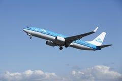 Aéroport Schiphol d'Amsterdam - Boeing 737 de KLM décolle Image libre de droits
