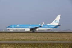 Aéroport Schiphol d'Amsterdam - Boeing 737 de KLM décolle Images stock