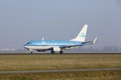 Aéroport Schiphol d'Amsterdam - Boeing 737 de KLM décolle Photographie stock libre de droits