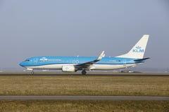 Aéroport Schiphol d'Amsterdam - Boeing 737 de KLM décolle Image stock