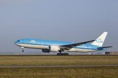 Aéroport Schiphol d'Amsterdam - Boeing 777 de KLM décolle Photos stock