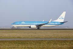 Aéroport Schiphol d'Amsterdam - Boeing 737 de KLM décolle Photos stock
