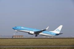 Aéroport Schiphol d'Amsterdam - Boeing 737 de KLM décolle Photo libre de droits