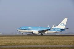 Aéroport Schiphol d'Amsterdam - Boeing 737 de KLM décolle Photos libres de droits