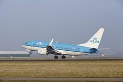 Aéroport Schiphol d'Amsterdam - Boeing 737 de KLM décolle Images libres de droits