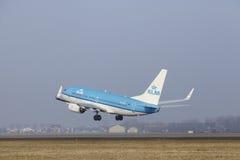 Aéroport Schiphol d'Amsterdam - Boeing 737 de KLM décolle Photo stock