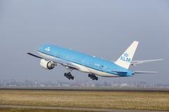 Aéroport Schiphol d'Amsterdam - Boeing 777 de KLM décolle Images libres de droits